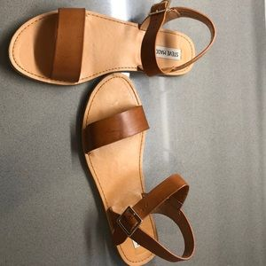 Steve Madden brown sandals: worn twice don't fit.